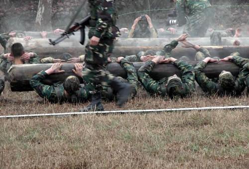 军中精英 实拍中国陆军特种兵训练场面