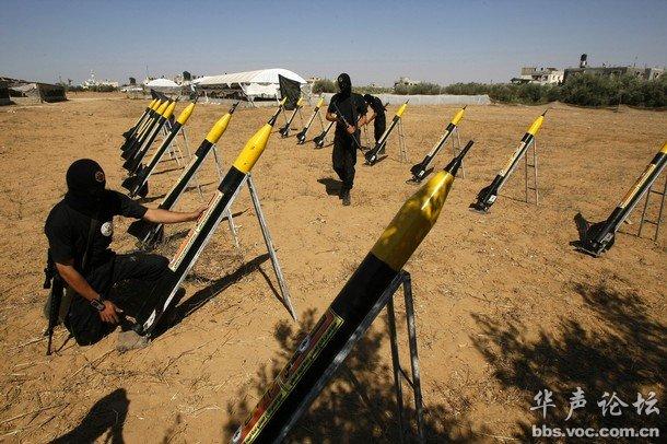 哈德武装人员在加沙地带某处打造火箭阵.-巴打造火箭阵对付以军