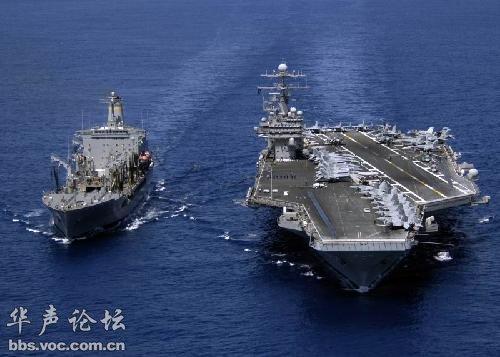"""美军现役""""西奥多•罗斯福""""号""""尼米兹""""级核动力航母,其右舷应为""""提康德罗加""""级导弹巡洋舰 (图片来源:http://bbs.voc.com.cn/华声论坛)"""