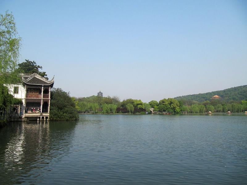 清河坊离西湖风景区不远,步行十分钟就能到.