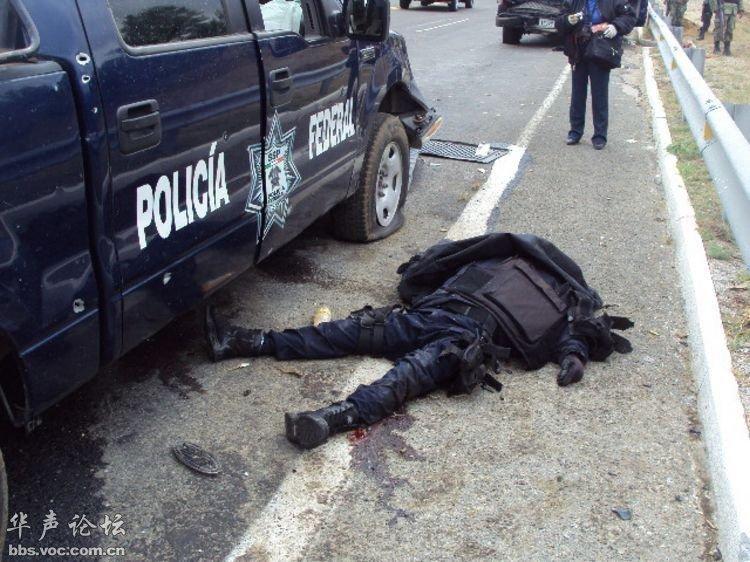 墨西哥缉毒警察遭毒贩伏击惨烈现场