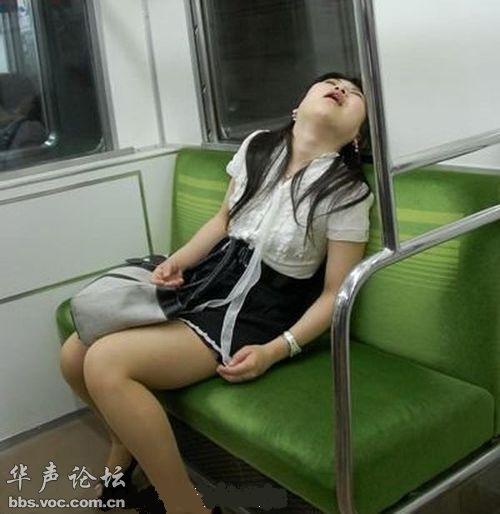 囧!美女上课时的超强睡姿图 千奇百怪