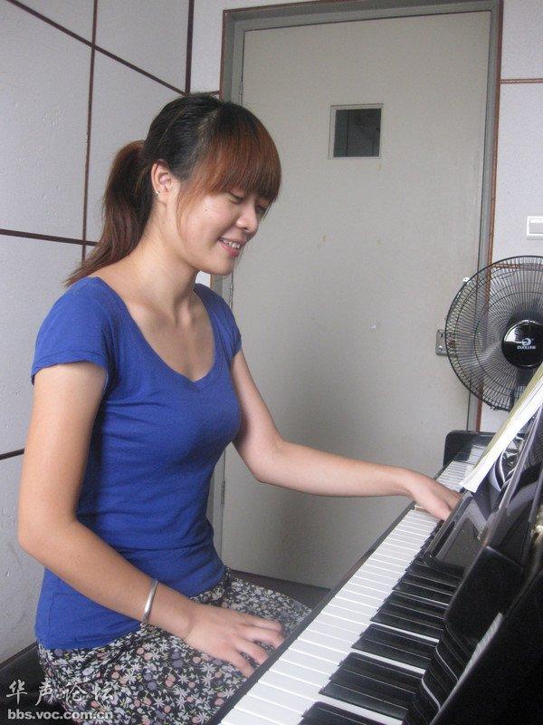 弹钢琴的优雅美女 网友自拍