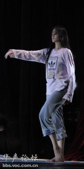 问朋友说人家是总政歌舞团的首席舞蹈演员,叫柴明明,在排的这部剧