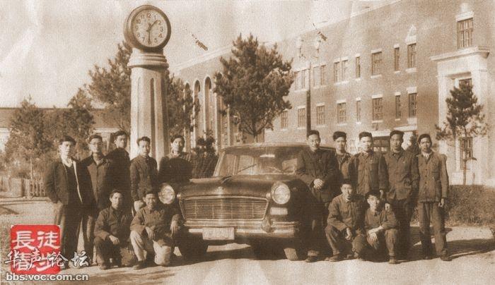 老照片,和长春第一汽车厂的新中国第一辆大红旗合影高清图片