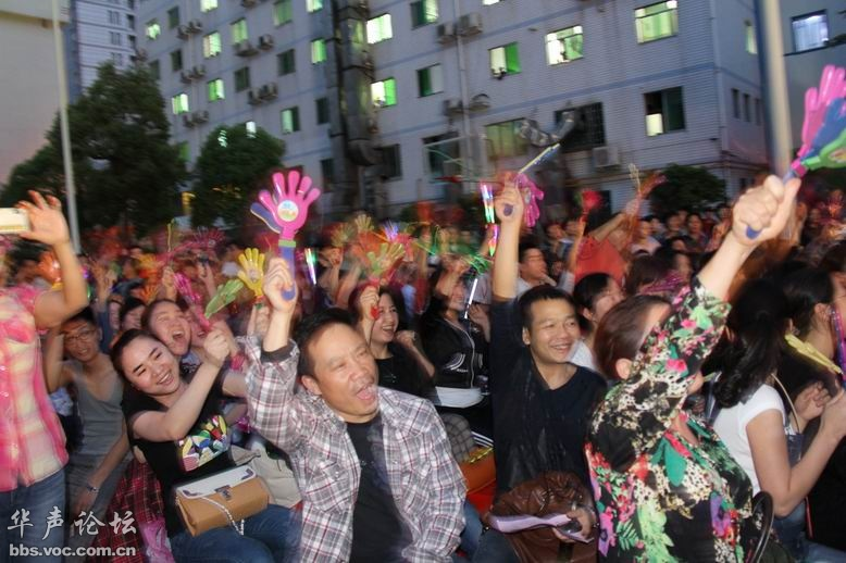 4月27日晚,常德市第一人民医院在医院广场举行5.1晚会 兴湘论坛