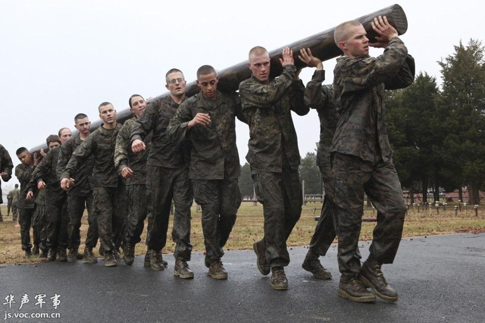 扛木头训练的美国特战美女士兵 军事贴图