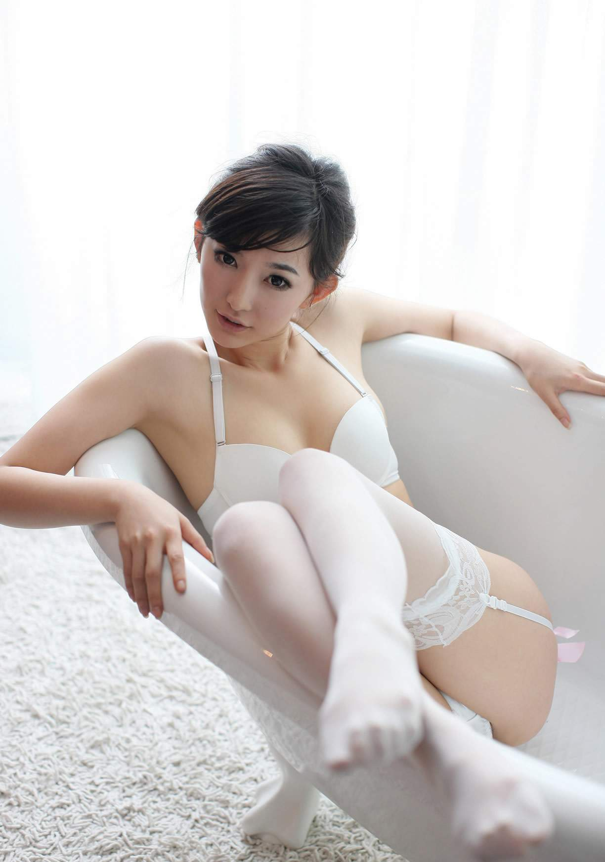 性感的内衣少女白色丝袜写真 美女贴图 华声论坛