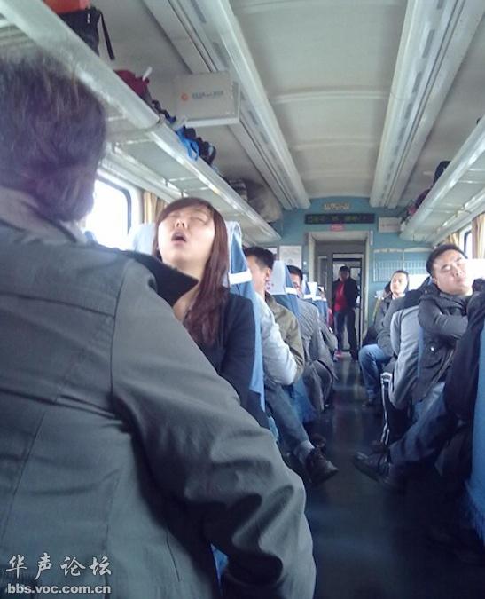 春运回家之火车睡姿百相
