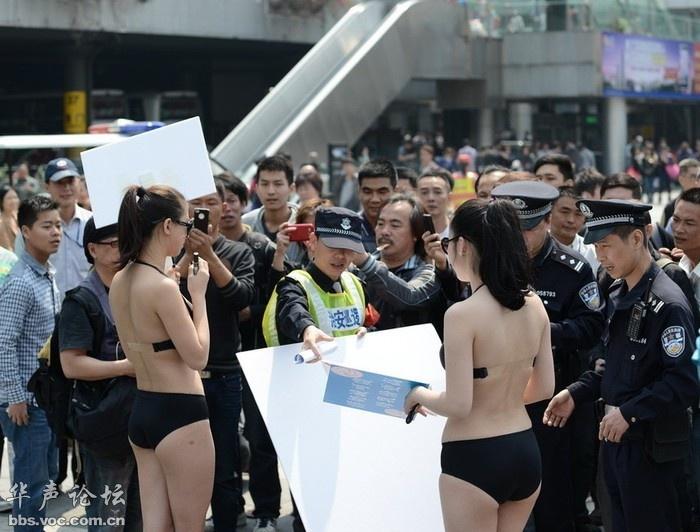 比基尼美女深圳街头倡导母乳喂养引众人围观