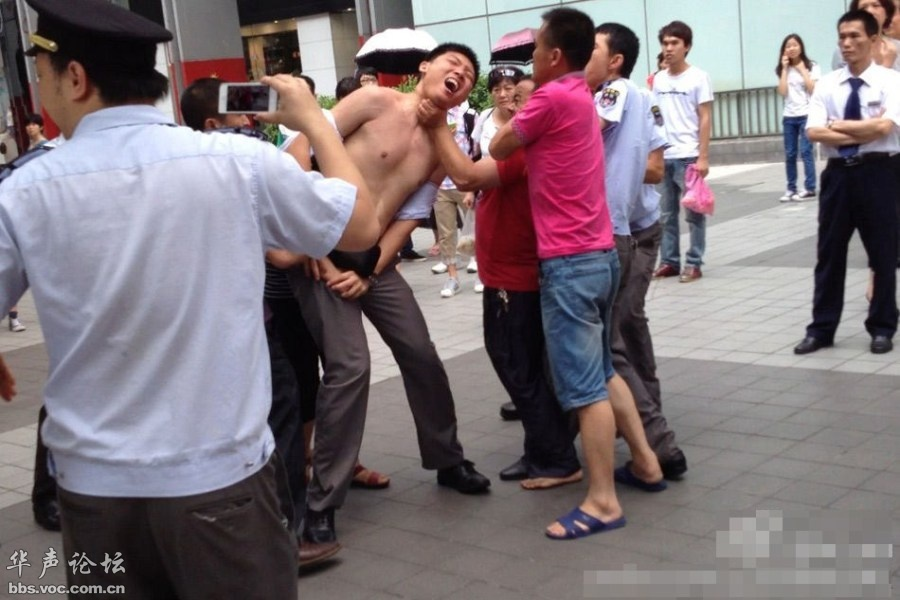 广州一城管遭小贩狠抓下体意外勃起 小贩倒地