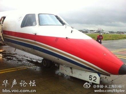 上海一架东航飞机因大风冲出跑道