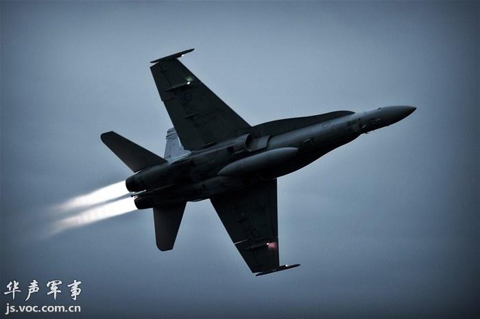 红牛F1赛车挑战澳大利亚空军F.A 18战机