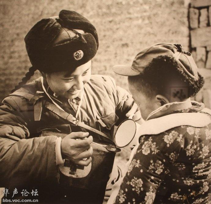 湖北美术馆馆藏照片:卫生员与小房东 图说历