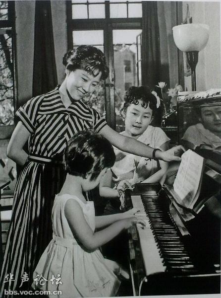妈妈指导孩子弹钢琴-从老照片看 1960年 1970年祖国大地上的人民