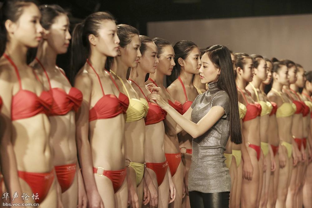 模特艺考现场美女如云 寒冬穿比基尼泳装秀迷