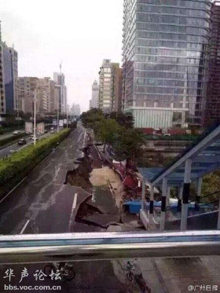广东佛山市区百米长马路坍塌