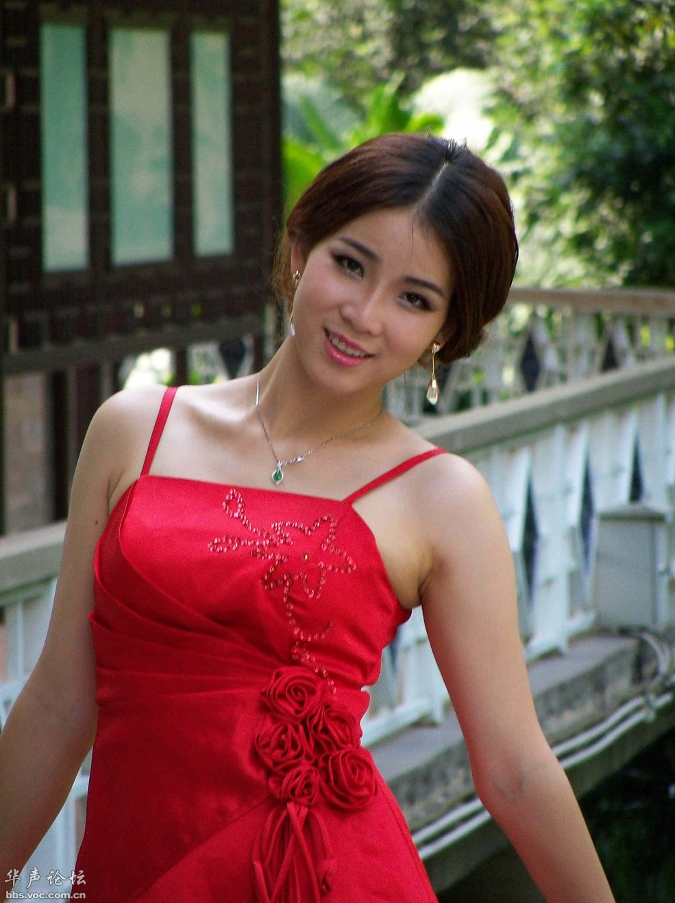 [贴图]优雅吊带红衣女