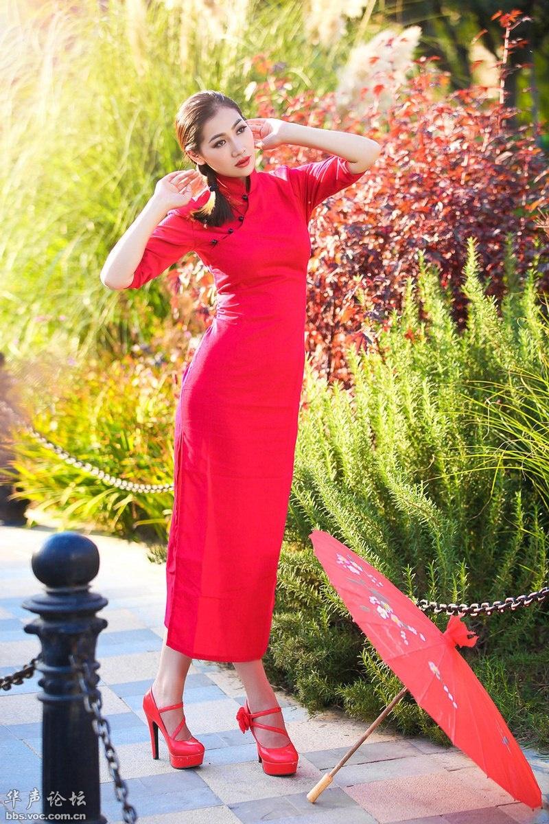 [贴图]红红的旗袍高个子靓女
