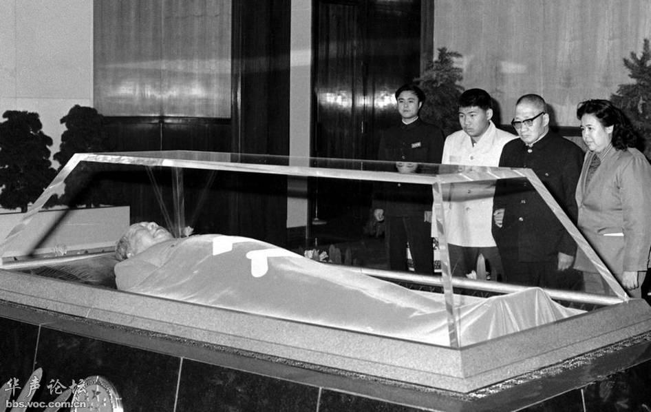 毛泽东遗体在_1983年毛岸青一家瞻仰毛泽东遗容 - 图说历史 国内 - 华声论坛
