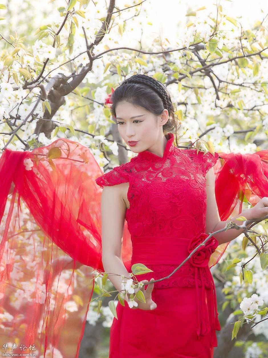 [贴图]亲品梨花的红衣女郎