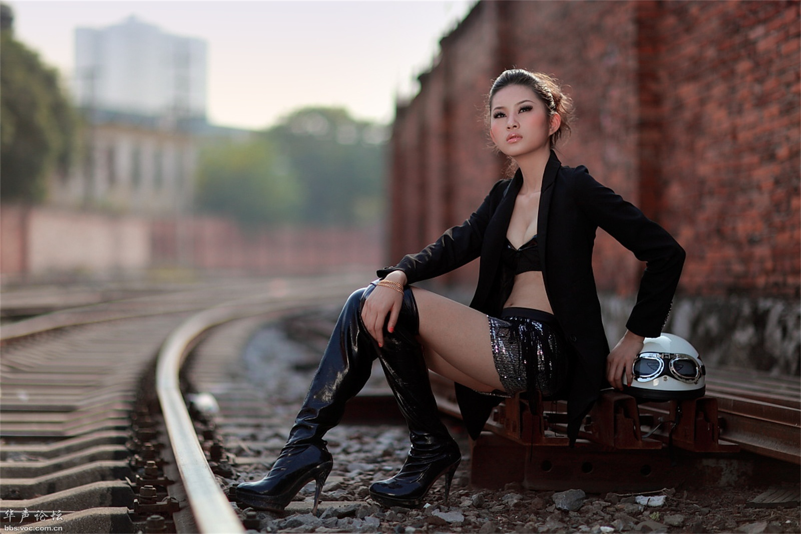 铁路上的性感美人 - 花開有聲 - 花開有聲