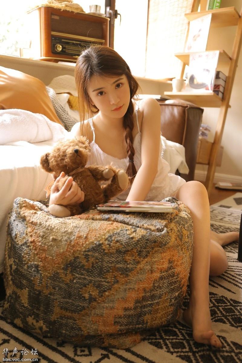 麻花辫美少女睡衣吊带衫白嫩雪肌私房写真