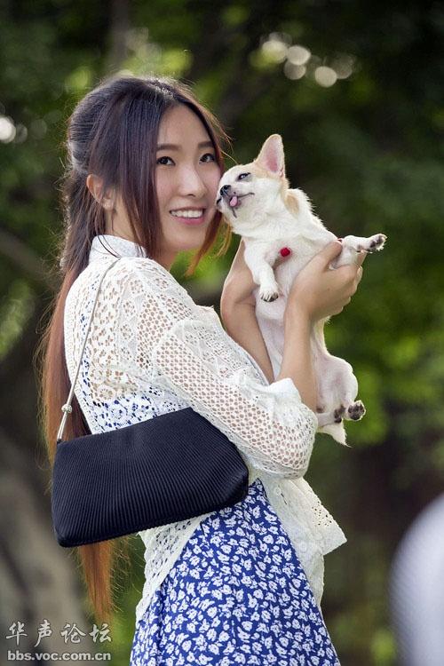 [贴图]狗漂亮,抱狗的女人更漂亮,辫子比女人还漂亮